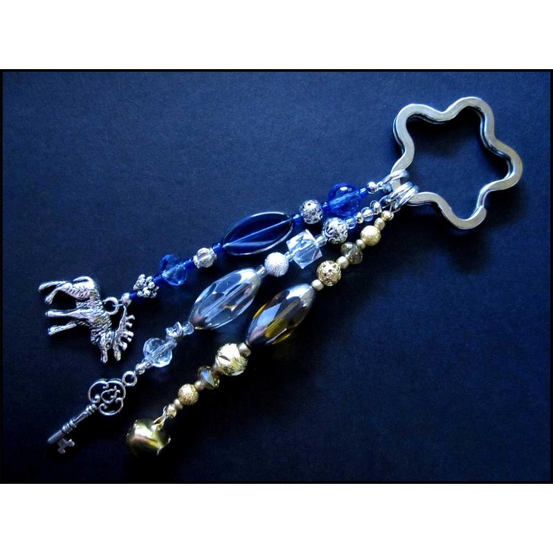 Schlüsselanhänger Sternenschweif in weiss-silber, gold und mittelblau mit Schlüssel, Hirsch und Glöckchen