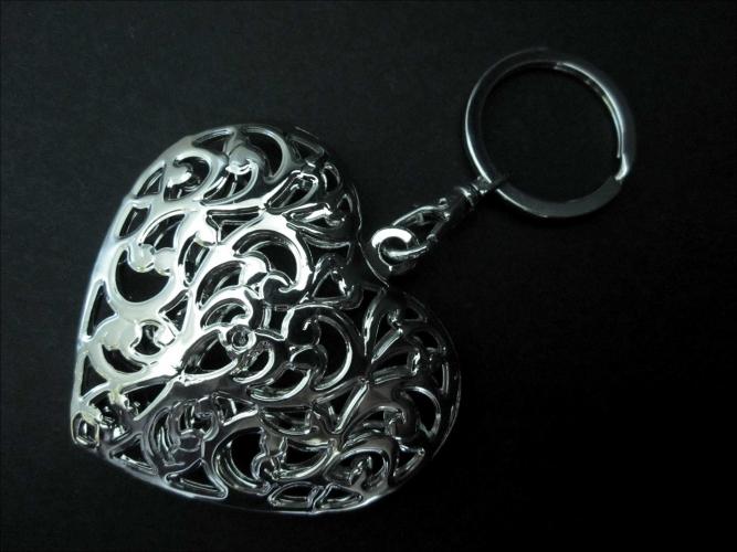 Silberfarbener Herz Schlüsselanhänger großes Herz 3D Rankmotiv mit Karabinerhaken