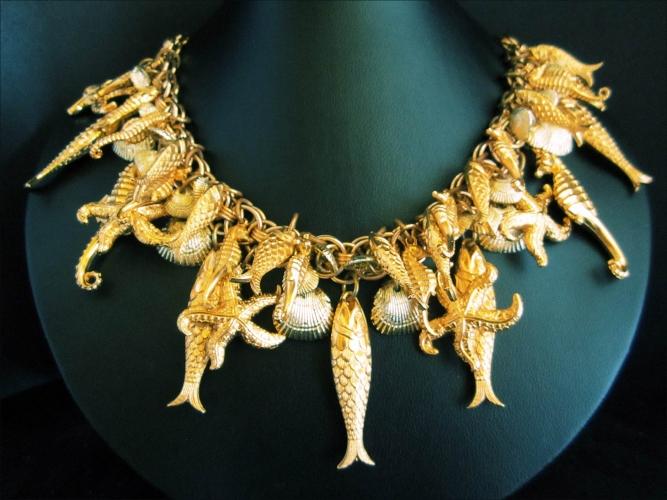 Goldfarbenes Collier mit Meerestieren