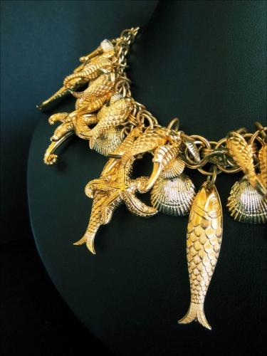 Goldfarbenes Collier mit Meerestieren und Fischen