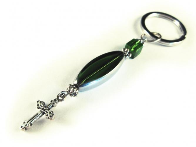 Grüner Schlüsselanhänger mit Kreuz und großer Glasperle