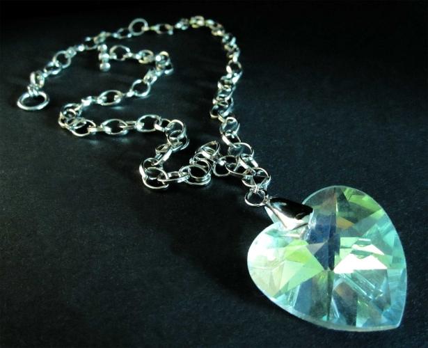 Irisierendes Glasherz an silberfarbener Gliederkette - Trachtenschmuck Dirndlschmuck