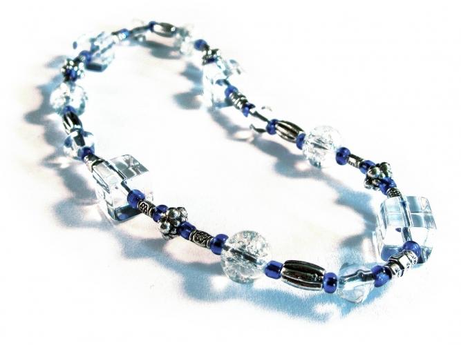 Blau weisses Fußkettchen aus Glas und filigranem Metallelementen