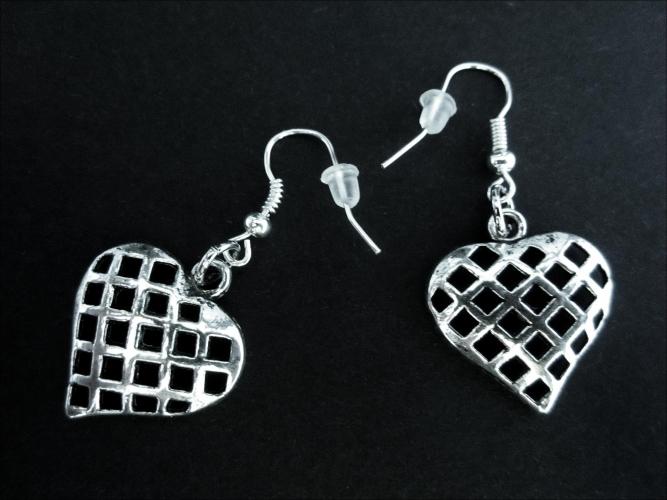 Silberfarbene Herz Ohrhänger Trachtenherz Ohrringe mit Gitterstruktur - Trachtenschmuck Dirndlschmuck