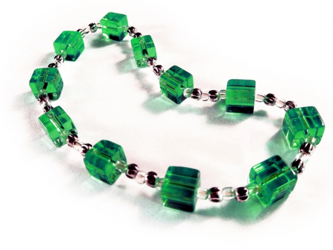 Grünes Fußkettchen mit Glaswürfeln und Silberelementen