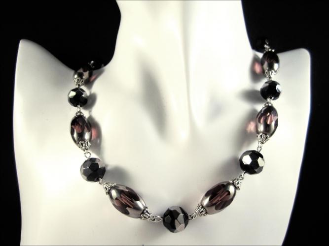 Collier aus schwarz silberfarben lila / amethystfarbenem Glas als Gliederkette