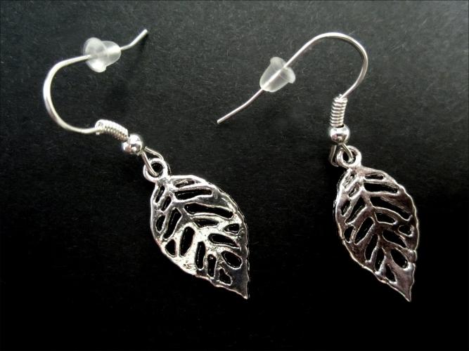 Silberfarbene Ohrhänger mit kleinem filigranen Laubblatt