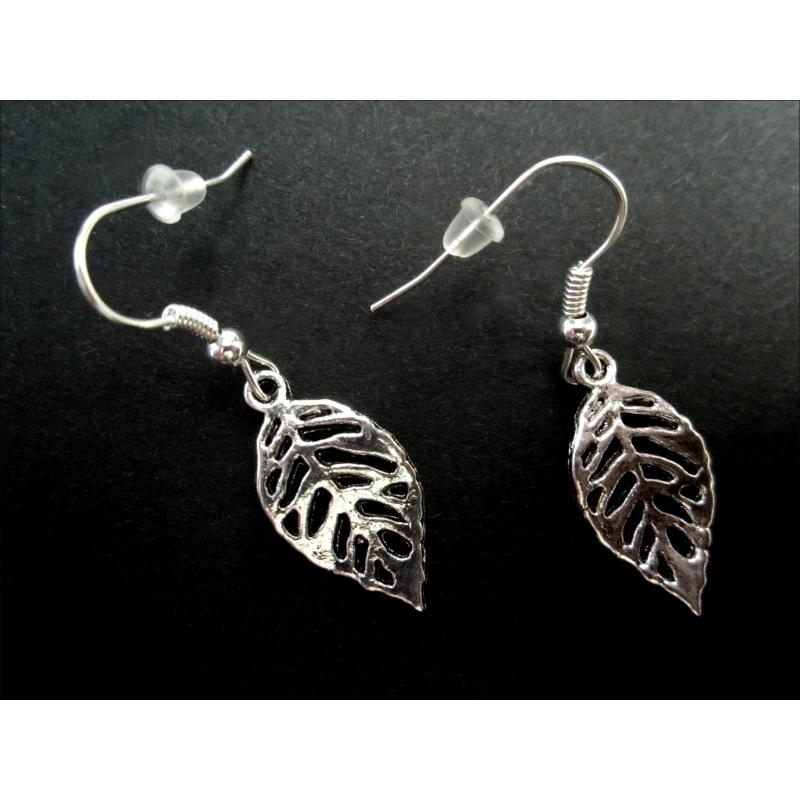 Silberfarbene Ohrhänger mit kleinem filigranem Laubblatt