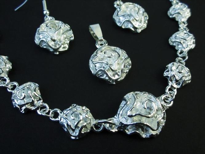 Versilbertes Schmuckset mit Rosenmotiv aus Anhänger, Armband und Ohrringen - Trachtenschmuck Dirndlschmuck